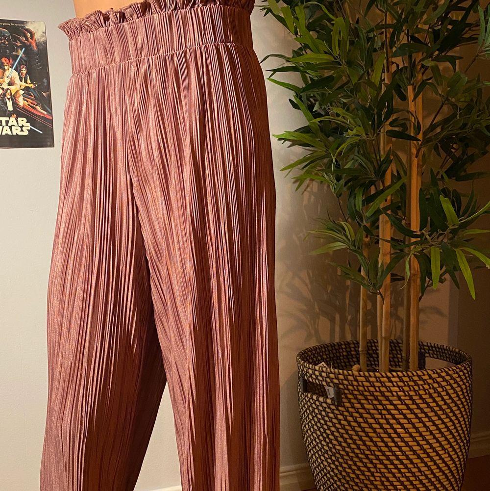 Rosa byxor som är coola och flisiga. Köpare står för frakt💕. Jeans & Byxor.