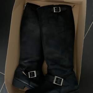 Säljer dessa Johnny Bulls med silver detaljer, finns inga fel på skon! Kan mötas upp i Örebro/Eskilstuna/Arboga, annars står köparen för frakt.
