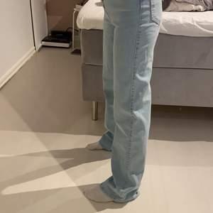 Säljer dessa nya jeans, använda ca 3 gånger! Säljer pga att dom är för stora (jag är 163)💜 Nypris ca 600kr!  frakt kostar 66kr, kan mötas i Täby