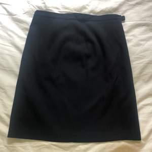 Marinblå pennkjol från Mexx. Strl 38 men passar även en 36. Perfekt till jobb eller fest. Mycket fin kvalité.