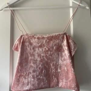 Ett rosa linne ifrån HM i storlek S                                                 Matrialet är crushed velvet och det är mycket mjukt