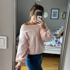 Denna söta rosa tröjan är super mysig och håller en varm! Passar till det mesta och det går verkligen inte att förklara hur mysig denna är🥰  den säljes för den ej kommer till användning längre och är använd ett fåtal gånger!