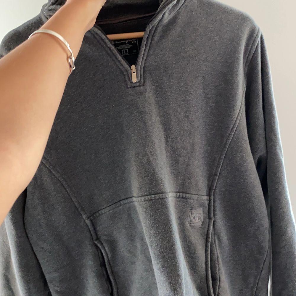 champion sweater, grå och bekväm. . Huvtröjor & Träningströjor.