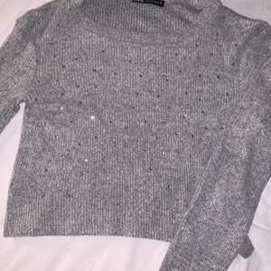 Grå tröja från zara med paljetter. Aldrig använd för det var inte min stil. Frakt tillkommer💞
