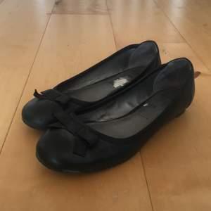 Supersöta svarta ballerinaskor från Clarks. Wide fit. Storlek UK 6/EU 39