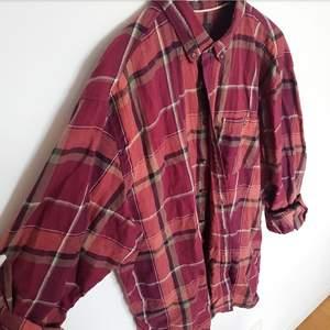 Rutig skjorta från Dressman i 3XL Så den är oversize. Köpt för 399kr och säljs för 150kr. Knappr använd. Finns att hämta i Fruängen men kan även mötas upp i Stockholm. Ska den skickas så står köparen för frakt💫