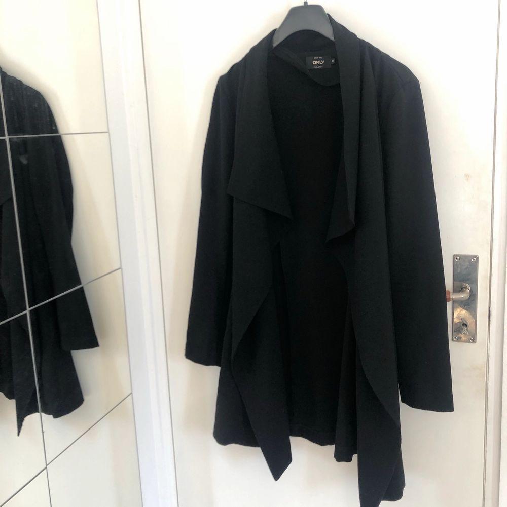 En svart och tunn jacka från Vero Moda som har kostymmaterial. Inget fel på den utan säljer dem då den inte kommer till användning.. Jackor.