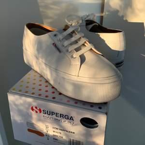 Sneakers från Superga i äkta läder (2790 NAPLNGCOTW). Knappt använda! Nypris 1199.