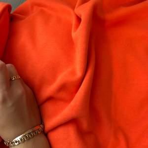 Orange sweatshirt från weekday. Tröjan är på mig som har strl xs/s oversize. Den faller rakt i formen och är ganska kort. Skriv om ni vill ha fler bilder eller undrar någonting🥰