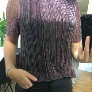 Glitter/rosa/svart tröja från märket Pieces i storlek xs. Oanvänd. Kan mötas upp i Skövde eller Hjo. Skickas mot fraktkostnad.