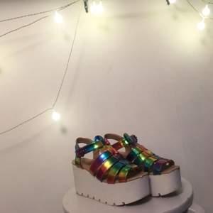 Urrrrrcoolaaaa sandalskor !!! Asså TITTA på dem :'''''') på ena skon finns en liten fläck som ej går bort (som en ser på andra bilden) men det ärverkligen ingenting en bryr sig om när en har dessa gudagåvor på sig 🌺