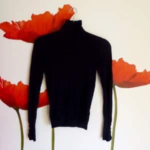 Mörkblå polotröja med fina ärmar från Zara. Knappt använd, så den är som ny. Frakt: 20 kr 🍂