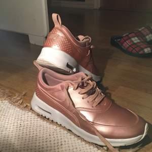 En träning skor för tjejer i ett jätte bra skick. Kan frakta men köparen står för den. Vi kan diskutera om priset.