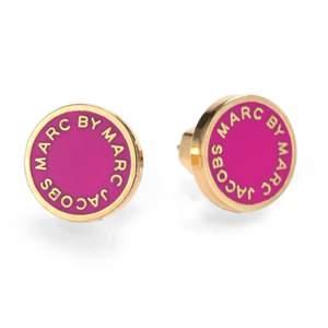 Snygga Marc Jacobs örhängen i mörkrosa och guld 💕 använda två gånger och köpa på NK. Möts upp i Stockholm eller frakt. ⭐️