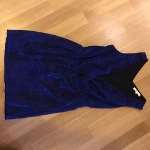 Glittrig blå klänning