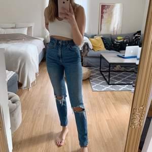 Jättesköna Jeans med hål och superhög midja från GinaTricot. Köparen står för eventuell frakt📦
