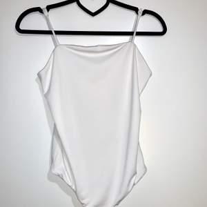 """En vanlig vit body från Bikbok. Säljer eftersom den aldrig kommer till anledning. """"Frakt inkluderad i priset"""""""