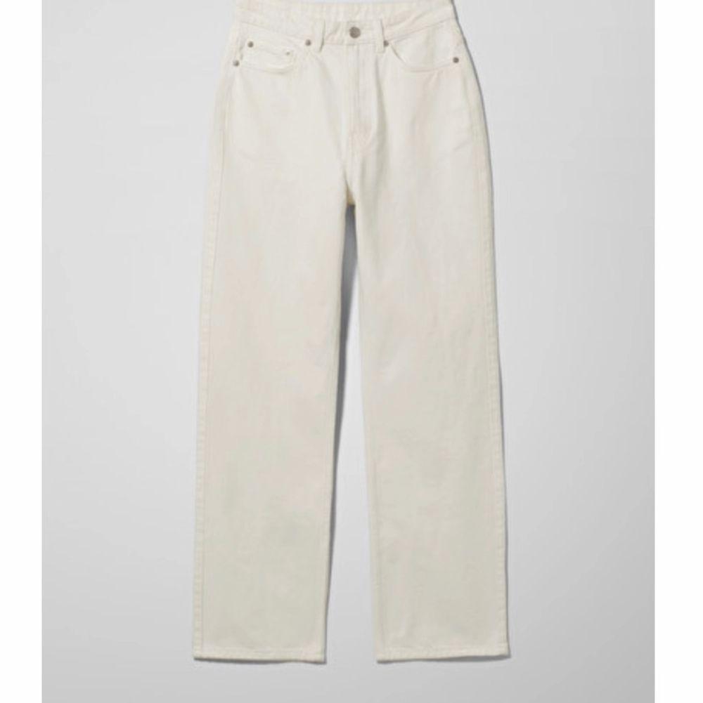 Säljer nu ett utav mina favorit par jeans! Dom har en fin beige färg och går att matcha till det mesta. De är endast använda ett par fåtal gånger. köparen står för frakten . Jeans & Byxor.