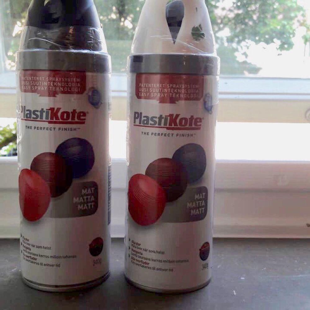 Två oöppnade sprayburkar, skulle användas till ett projekt men kom aldrig till användning. Matt svart och matt vit, nypris ca 120kr st, mitt pris 150+frakt. Accessoarer.