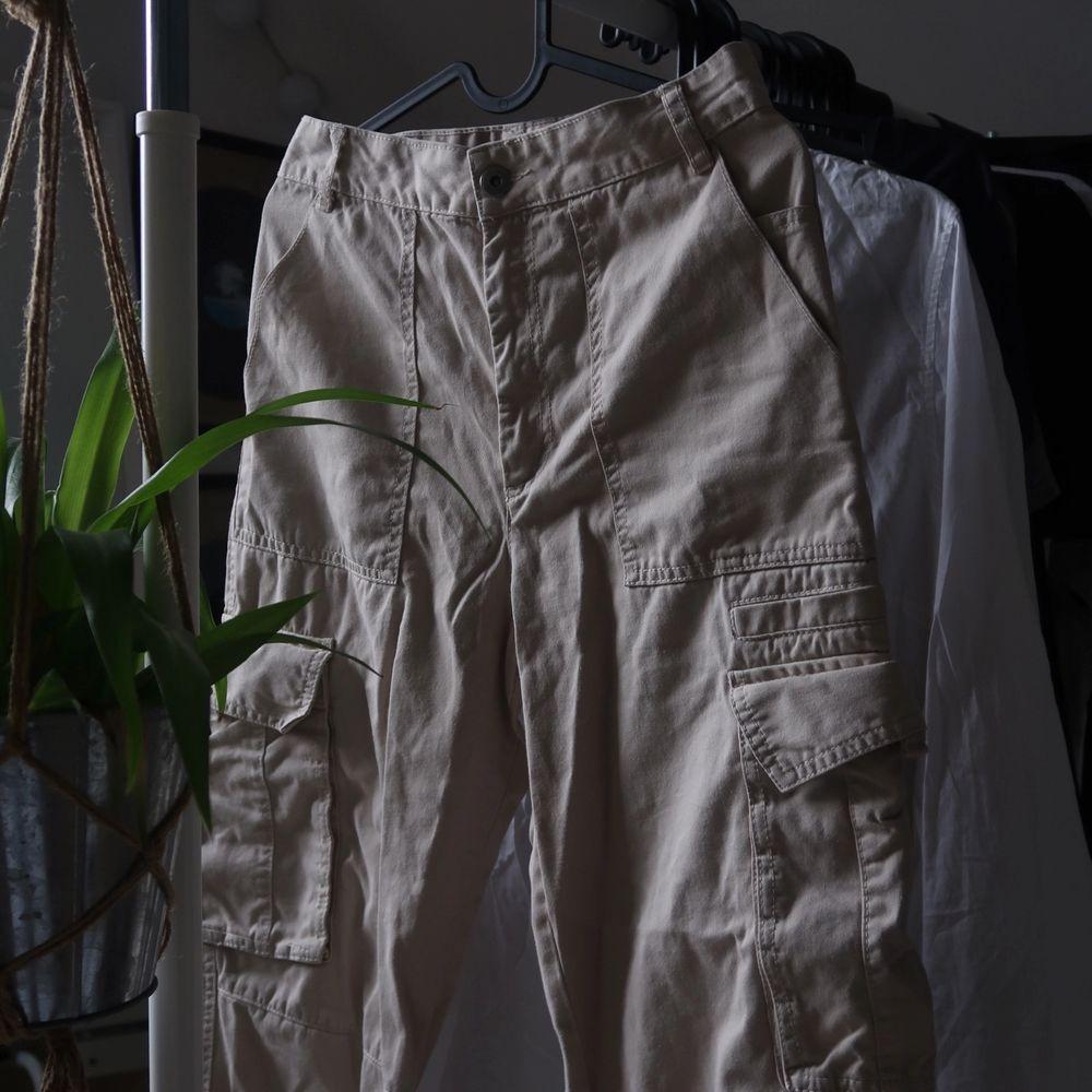 Byxa från monki endast använda en sommar men säljer för det tyvärr blivit för små! . Jeans & Byxor.