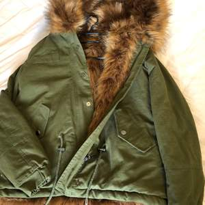 Osley jacka säljs pga kommer aldrig till användning, är väldigt skön inuti och håller en varm färgen är militär grön, st 36  (köparen står för frakten).