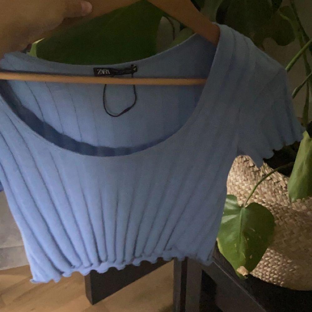 Super söt, blå zara topp! Jätte fint skick då jag aldrig använt den. Köparen står för frakten❤️ den är i storlek M men passar en S/XS. Skjortor.