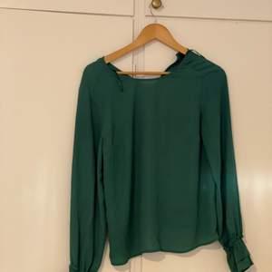 Fin grön blus från Gina tricot! Mörkgrön färg😍 Storleken är 36. Frakt ingår i priset
