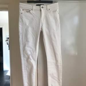 Vita jeans/byxor från Ellos. Använda 1-3ggr och i superfint skick. Lite långa på mig som är 157cm lång:) Säljes pga använder ej. 75kr+ frakt(köparen står för frakt)🌸🥰