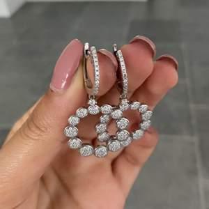 Jättefina öronhängen, äkta silver, sitter jättefint på, använda 1 gång
