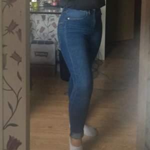Snygga blå jeans från Lager 157! Jeansen är jätte stretchiga så de passar mig som är S/M också💕 Använda max 5 gånger. Benen är ganska långa så skulle nog passa någon som är runt 165-170, men är man kortare kan man bara vika upp dom som jag gjort på bilden (jag är ungefär 160). Nypris 200kr , mitt pris 100kr +frakt🥰