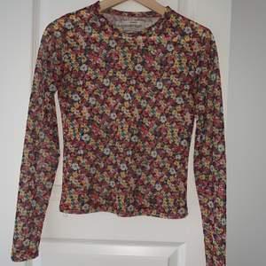 Hej🥰 Säljer denna jätte fina blommiga mesh topen köpt från PULL & BEAR! Endast andvänt 1 gång!! storlek M men passar perfekt för även S.
