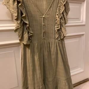 Grön klänning från PULL&BEAR storlek M. Bra skick.
