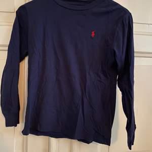 Mörkblå Ralph lauren tröja i nyskick i storlek 10-12 år. Frakt tillkommer.