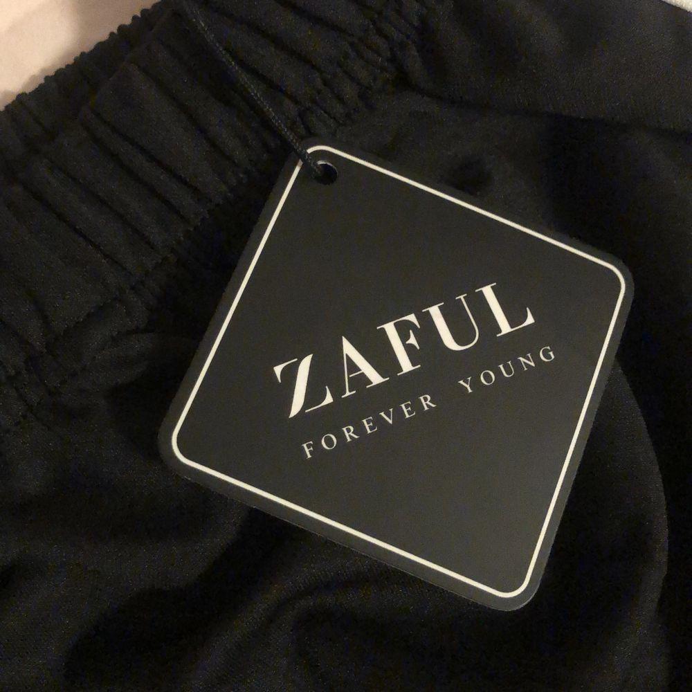 joggingbyxor från Zaful! stl S men små i storleken så jag som vanligtvis har S kunde inte ha domhär och därmed hemt oanvända med lappen kvar!. Jeans & Byxor.