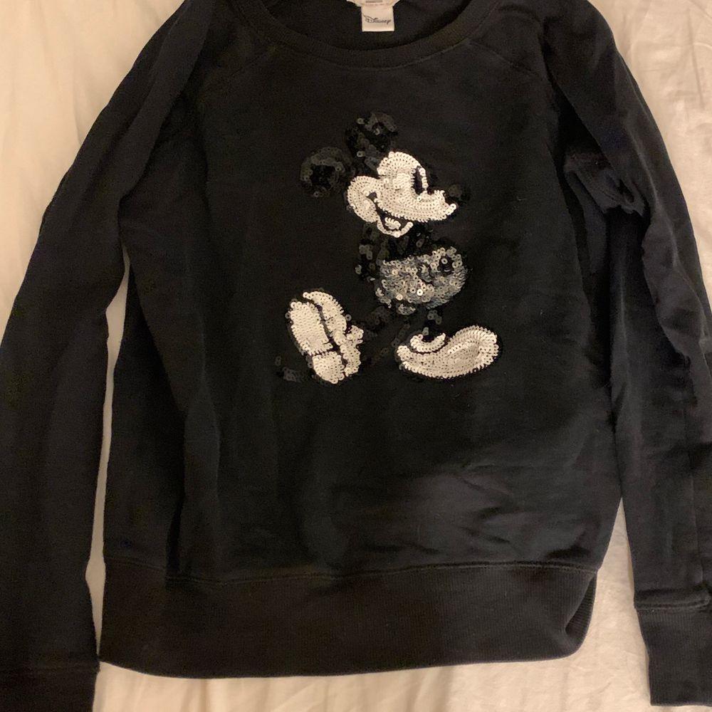 Sweatshirt i bra skick med Musse pigg i paljetter från Mango. . Tröjor & Koftor.