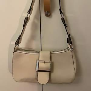 säljer min handväska, då jag endast använt den 1 ggn❣️✨ den är i nyskick och bra kvalite fortfarande💜