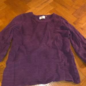 En tjock stickad tröja av i say. I aubergine lila färg, storlek S/M. Kommer i bra skick, inte så Använd. Original pris: 700kr