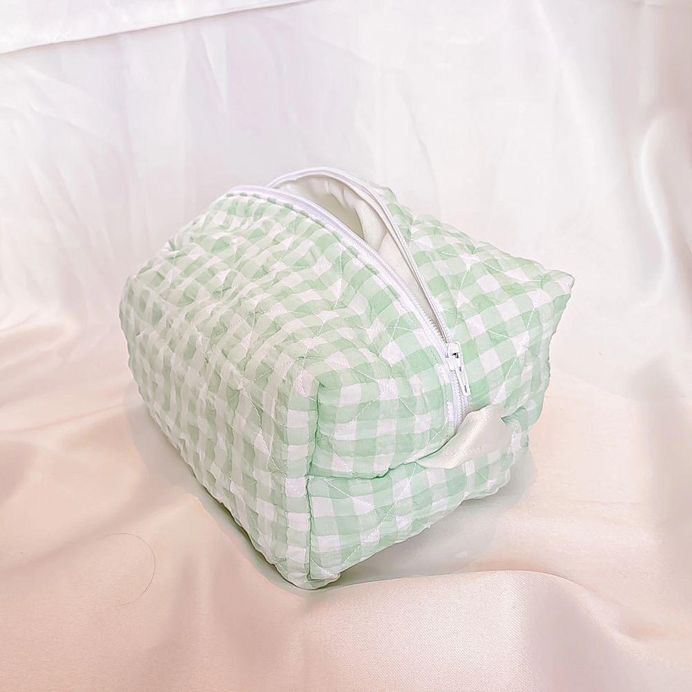 Säljer flera handsydda necessärer som dessa i olika färger och former💫. Väskor.