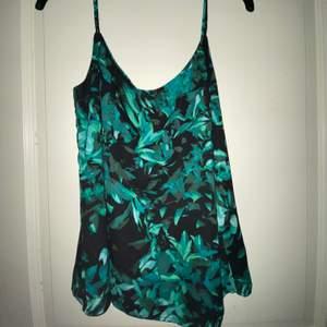 En super fin topp/ linne som är svart och grönt i jätte skönt och luftigt material💚🐢🖤.                              (Kolla gärna in mina andra kläder, vill få allt sålt)