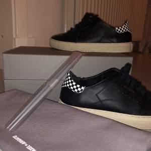 Ett par Axel Arigato skor som använts 2-3 gånger. De är tyvärr för små för mig, och säljs inte längre på Axel Arigatos hemsida. Oklart om de var limited edition eller inte. Köptes för 1300. Om många är intresserade blir det budgivning i kommentarerna! ❤️