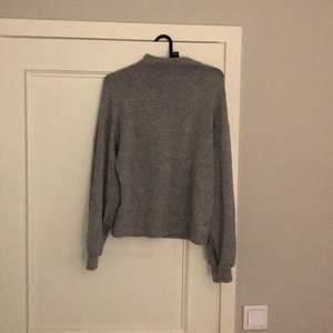 Skön tröja från Gina tricot med lite högre krage. Kommer aldrig till användning längre så kan tänka mig att sälja den. 94kr  inkluvise frakt.