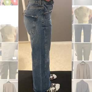 Säljer dessa ljusblå vida jeansen, storlek 38, jag är en 38/40.