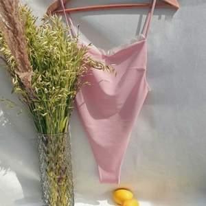 Rosa baddräkt med hög midja från Imsweetvanilla den är så fin!! Storlek small ordpris 899kr aldrig använd. Helt ny