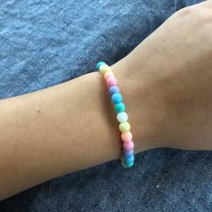 Färgglatt armband, finns även matchande halsband till💕💕