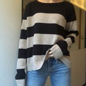 Stickad tröja i svarta och beigea ränder som även har en liten ficka! | Har själv storlek xs och därför blir den stor på mig, vilket jag tycker är supermysigt och snyggt🥰 | Frakt tillkommer💗