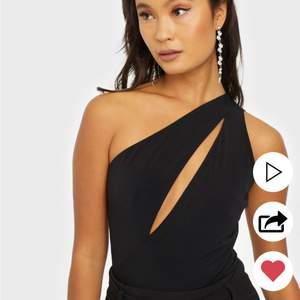 Supersnygg och sexig body ifrån Nelly med cutout vid brösten. Är slutsåld på hemsidan. Aldrig använd! Kostar egentligen 299kr🖤