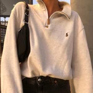 BUDSTOPP onsdag 16/12 kl 21.00. Första bilden är lånad. Beige tröja med dragkedja från Ralph Lauren(äkta) köpt secondhand, i toppenskick! Buda i kommentarerna, höjning med minst 10kr. Inga oseriösa budgivare! +63kr frakt