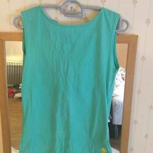 En grön T-shirt med hål bakom