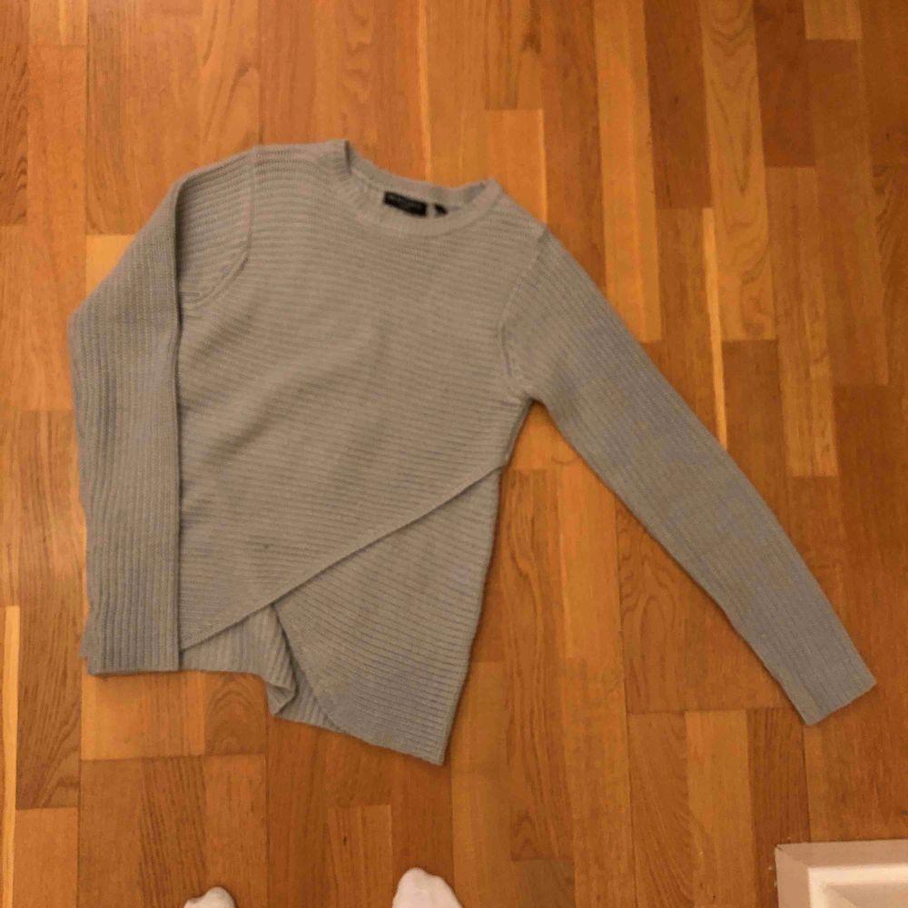 Säljer en stickad grå tröja då den inte används. Cool design nertill annars ganska basic. . Stickat.