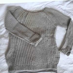 Jättemysig beige stickad tröja från Hunkydory i lammullsblandning med cashmere detaljer. Stl XS.